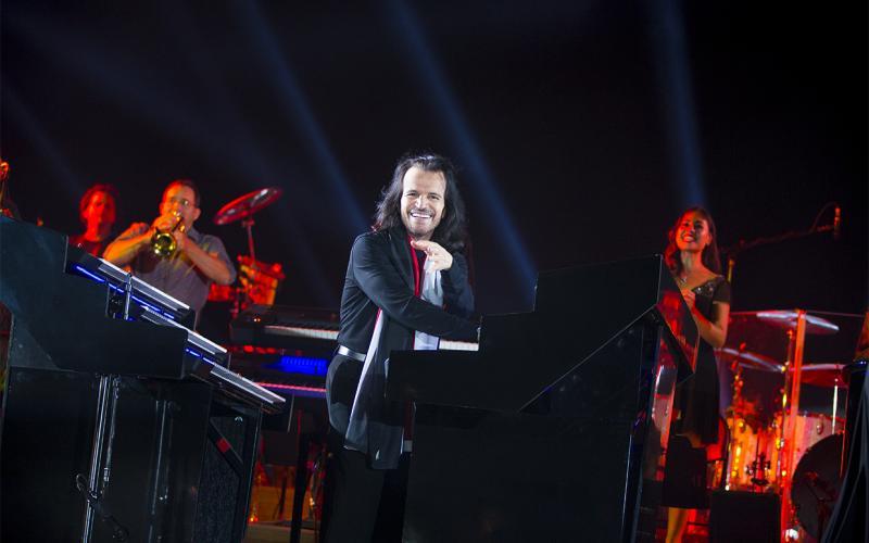 الموسيقار ياني Yanni   عزف يصطحبك في رحلة فوق السحاب (فيديو