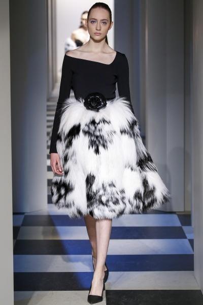 e281adbed فهذا العام لن تستطيعي أن تتجاهلي التصاميم الناعمة في عروض جيني بيكهام Jenny  Packham، والتي قدمت الفستان الـMidi باللون الفضي وزينت ياقته باللؤلؤ  الأبيض، كما ...